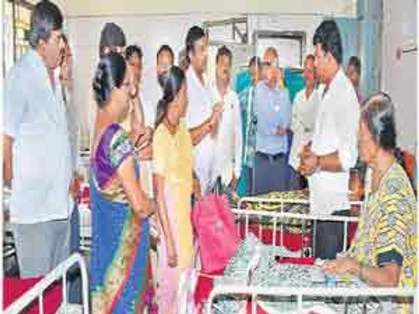बिटको रुग्णालयातील गैरकारभाराबाबत वैद्यकीय अधीक्षकांना जाब विचारताना नाशिकरोडचे प्रभाग सभापती केशव पाेरजे नगरसेवक. - Divya Marathi