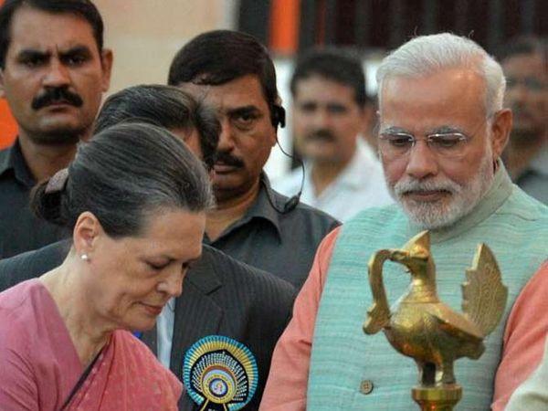 फाइल फोटो - काँग्रेस अध्यक्षा सोनिया गांधी आणि पंतप्रधान नरेंद्र मोदी - Divya Marathi