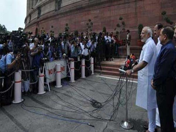 संसदेत जाण्याआधी पत्रकारांशी वार्तालाप करताना पंतप्रधान मोदी - Divya Marathi