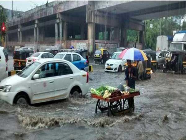 दादर परिसरात साचलेले पाणी.. - Divya Marathi