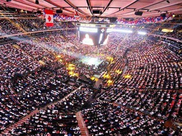 गेल्या वर्षी न्यूयॉर्कच्या मेडिसन स्क्वेअर गार्डनमध्ये मोदींच्या कार्यक्रमासाठी अशी गर्दी जमली होती. - Divya Marathi