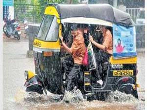 मुलांची शाळा सुटली आणि पावसाचे आगमन झाल्याने रिक्षात दाटीवाटीने बसलेल्या विद्यार्थ्यांनी चिंब भिजण्याचा आनंद लुटला. - Divya Marathi