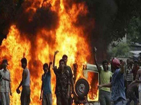मंगळवारी बंद दरम्यान आंदोलकांनी अनेक वाहने आगीच्या भक्षस्थानी दिली. - Divya Marathi