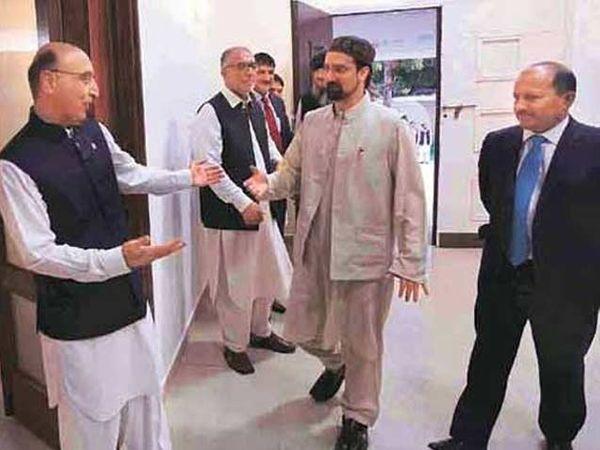मंगळवारी पाकिस्तानच्या उच्चायुक्तालयाच्या ईद मिलन पार्टीत अब्दुल बसीत आणि फुटीरतावादी नेता मीर वाइज फारुक. - Divya Marathi