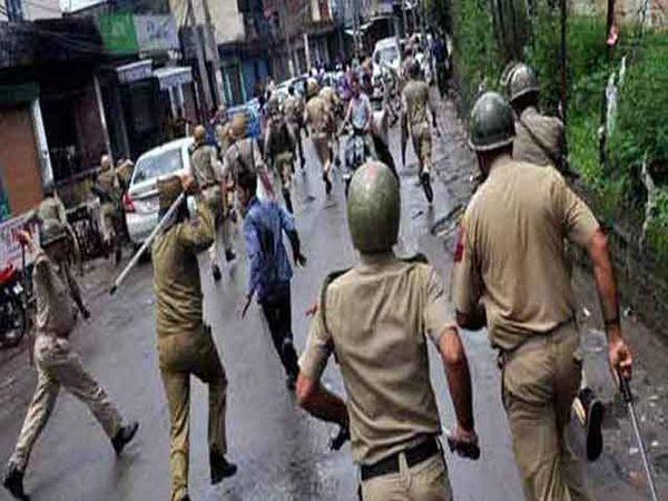 कर्फ्यूमध्ये पोलिसांवर दगडफेक केल्यानंतर पोलिसांनी लाठीचार्ज केला. - Divya Marathi