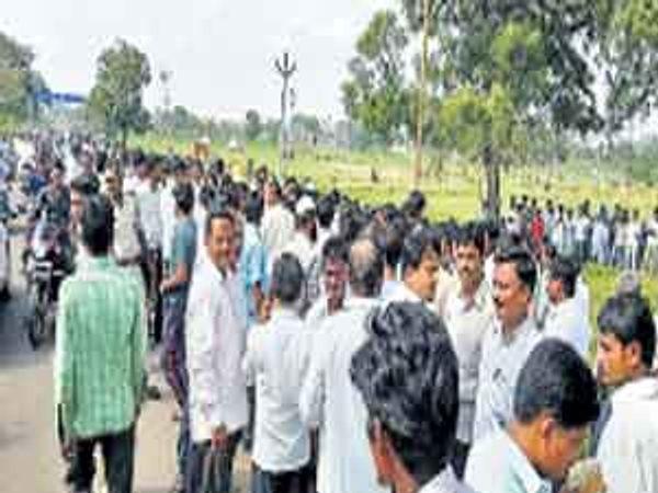 घटनास्थळी जमलेली गर्दी - Divya Marathi
