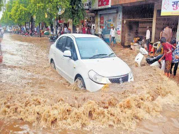 उस्मानाबाद शहरातील जलमय झालेले रस्ते. - Divya Marathi