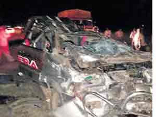 वाळूजजवळील रहिमपूरनजीक सोमवारी मध्यरात्री झालेल्या भीषण दुर्घटनेत गंगापूरकडे जाणाऱ्या तवेरा कारची झालेली अवस्था. - Divya Marathi