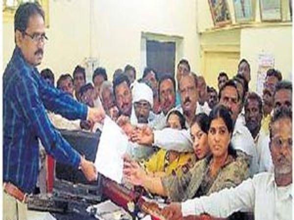 प्रभारी तहसीलदार जाधव यांना निवेदन सादर करताना लोकप्रतिनिधी. - Divya Marathi