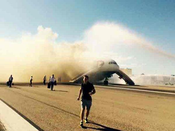 विमानाच्या डाव्या इंजिनाला आग लागली. - Divya Marathi