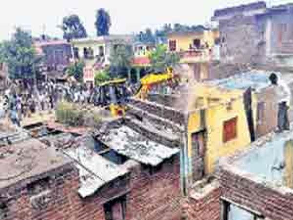 कन्नड शहरात ३५ वर्षांपासून असलेल्या वसाहतीचे अतिक्रमण हटवताना कर्मचारी. - Divya Marathi