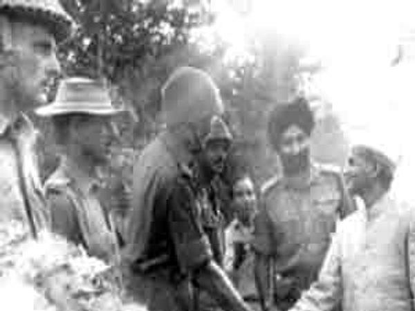 डाेगराई फत्ते केल्यानंतर लालबहादूर शास्त्री हेद यांच्या बटालियनला भेटले. हेद यांच्याशी हात मिळवताना शास्त्री. - Divya Marathi