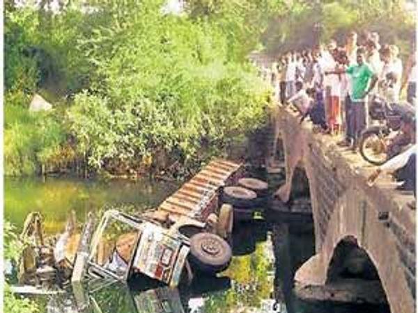 अपघातानंतर नदीमध्ये कोसळलेला ट्रक. - Divya Marathi