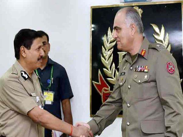 दिल्लीमध्ये गुरुवारी पाक रेंजर्सचे डीजी मेजर जनरल उमर फारूक बुर्की यांचे स्वागत करताना बीएसएफचे केडीजी डी.के. पाठक. - Divya Marathi