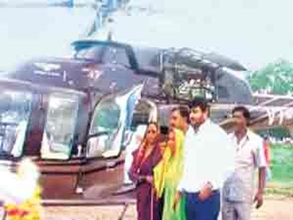 गुरुवारी दुपारी परळी येथे खासगी हेलिकॉप्टरने दाखल झाले. - Divya Marathi