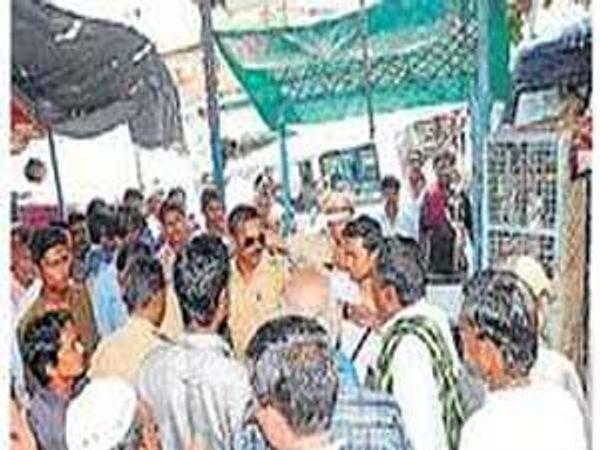 मांस विक्रेत्यांवर कारवाई करताना महापालिकेचे पथक. - Divya Marathi