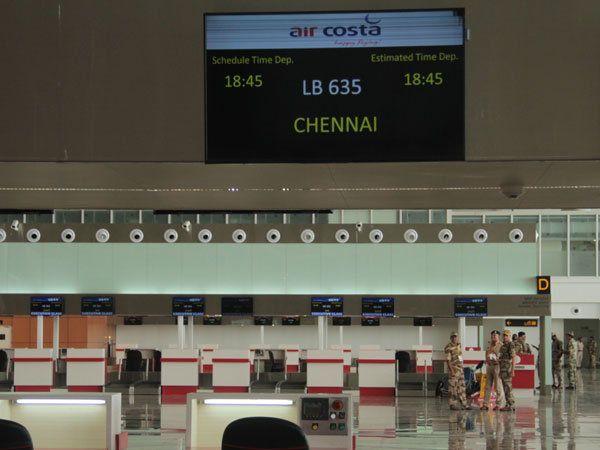 विमानतळावर चेक इन करण्यासाठी एकूण 48 काऊंटर उभारण्यात आले आहेत. - Divya Marathi