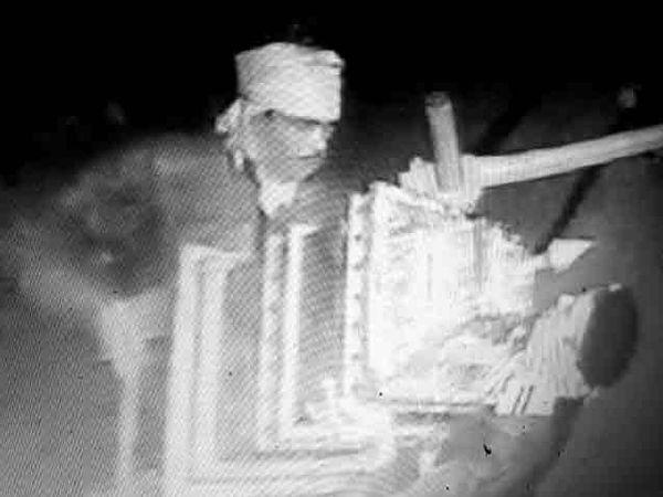चोरी करण्यापूर्वी पुजारी राजू भारती यांच्यासह त्यांच्या शेजाऱ्यांच्या तीन घरांना बाहेरून कड्या लावल्या. - Divya Marathi