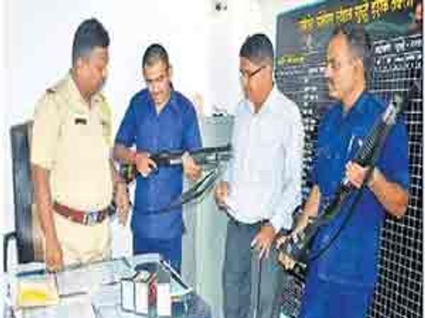 शनिपेठ पोलिस ठाण्यात बंदुकीची माहिती देताना गोपीचंद चौधरी, समाधान पवार आदी. - Divya Marathi
