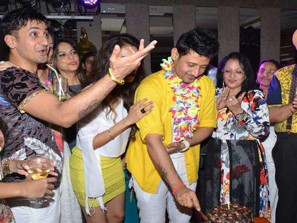केक कापताना मनमीत सिंह - Divya Marathi