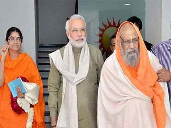 गुरु स्वामी द्यानंद गिरींसोबत पंतप्रधान मोदी - Divya Marathi