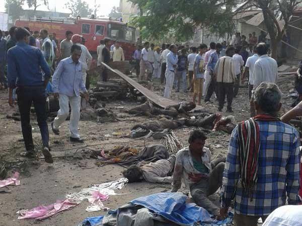 स्फोट झाल्यानंतर स्थानिक नागरिक लगेच घटनास्थळी गोळा झाले. - Divya Marathi