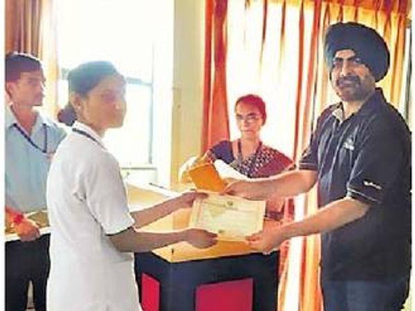 रुग्ण सहायक अभ्यासक्रमातील विद्यार्थ्यांना प्रमाणपत्रांचे वितरण करताना स्टरलाइट कंपनीतील मनुष्यबळ विकास विभागाचे प्रमुख शिविंदर बट्टर. - Divya Marathi