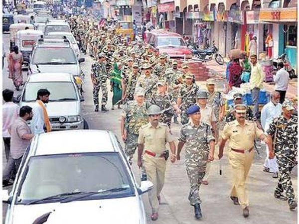 तुळजापूर शहरातून संचलन करताना पोलिसांना मार्ग शोधावा लागत होता. - Divya Marathi