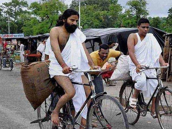 सायकलवर च्यवनप्राश विकणारे योगगुरु रामदेव व त्यांचे शिष्य बालकृष्ण - Divya Marathi