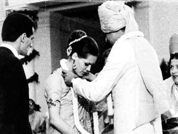 सोनिय आणि राजीव यांच्या विवाहाचा दुर्मिळ फोटो - Divya Marathi