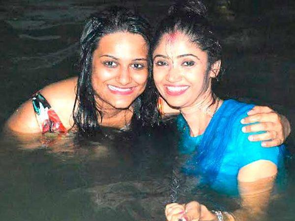 दशाश्वमेध घाटावर गंगेत स्नान करताना अभिनेत्री रतन राजपूत - Divya Marathi