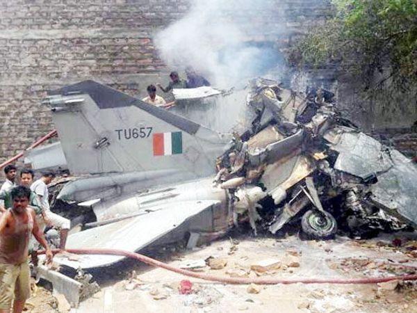 विमान कोसळल्या नंतर तेथून आगीचे लोळ उठत होते. - Divya Marathi