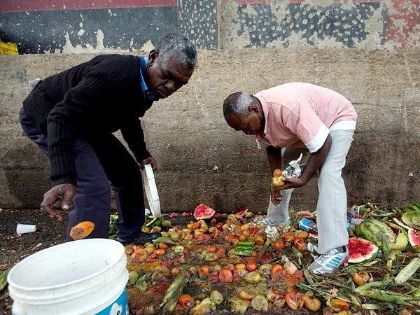 व्हेनेझुएलामध्ये उपासमारीचा सामना करणारे लोक कच-यात फेकलेल्या अन्नावर पोट भरत आहेत. - Divya Marathi