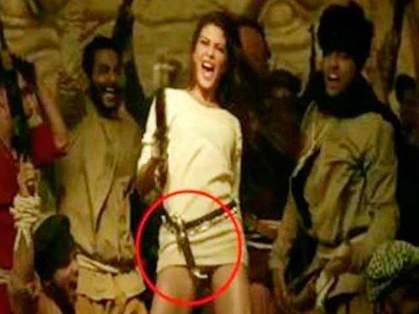 'ढिशूम' सिनेमातील एका गाण्यात जॅकलीन कृपाण कंबरेला लटकवून डान्स करताना - Divya Marathi