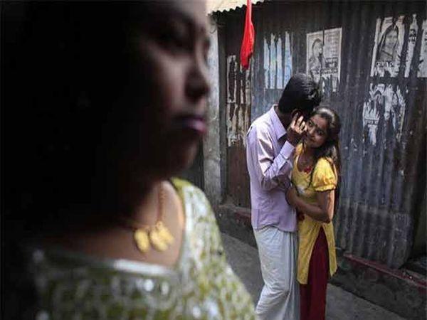 कांडापारा हे बांगालादेशातील सर्वात मोठे असे दुसरे वेश्यालय आहे. - Divya Marathi