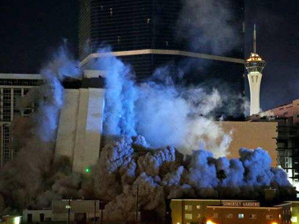 लास व्हेगासच्या रेविएरा हॉटेलच्या 'द मोनेको टॉवर' स्फोटकाने पाडण्यात आले. - Divya Marathi