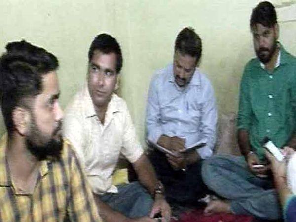 आमदार प्रवीण कुमार त्यांच्या चार मित्रांसह दोन रुमच्या फ्लॅटमध्ये असे राहातात. - Divya Marathi