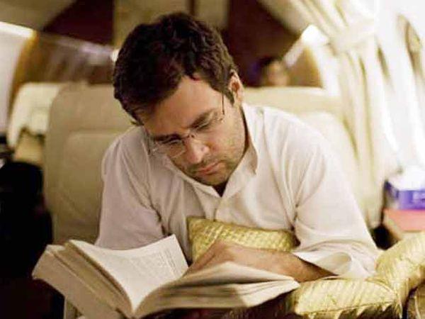 राहुल गांधी यांना सुरक्षेच्या कारणामुळे बराचकाळ घरातच शिक्षण घ्यावे लागले. - Divya Marathi
