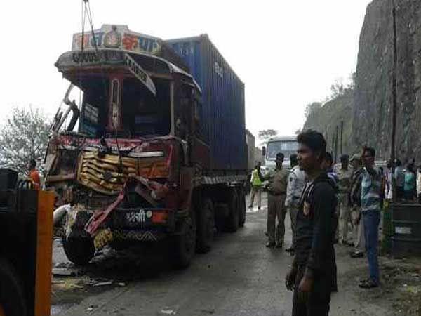 समोरच्या ट्रकला धडक दिल्यानंतर कंटेनरची अशी अवस्था झाली. - Divya Marathi
