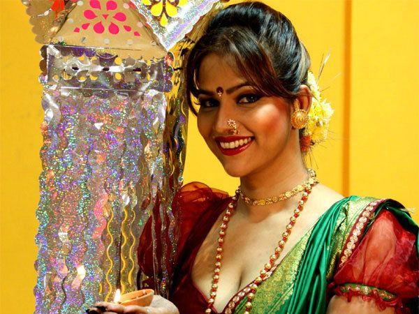 तनीषाने साऊथच्या चित्रपटांमध्येही काम केले आहे. - Divya Marathi