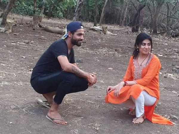 पत्नी रीवाबासोबत रवींद्र जडेजाने सिंह काही फूटांवर असताना फोटो घेतले. - Divya Marathi