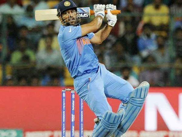 धोनीला अखेरच्या चेंडूवर 4 धावा काढता आल्या नाही. - Divya Marathi