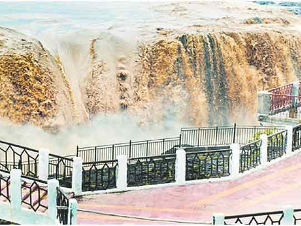 अतिवृष्टीमुळे नांदेड जिल्ह्यातील सहस्रकुंड धबधबा असा ओसंडून वाहत आहे. - Divya Marathi