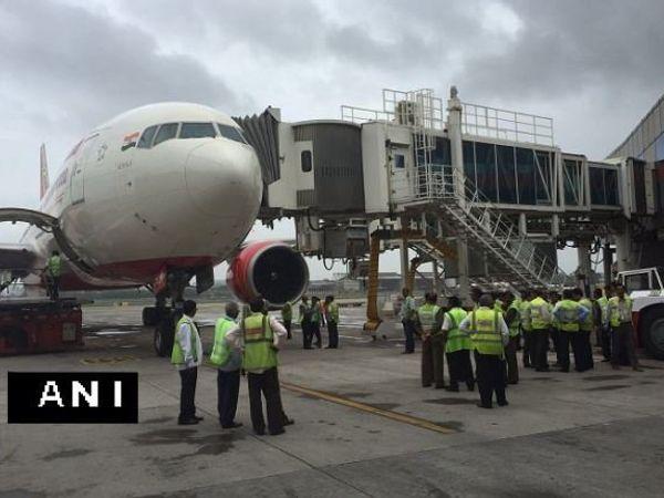 दुर्घटना उड्डाणापूर्वी घडली. विमान धावपट्टीवर आणले जात होते. तेव्हाच रोटर ब्लेड्स एअरोब्रिजला धडकले. - Divya Marathi