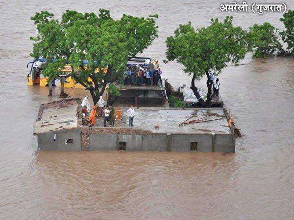 गुजरातमधील अमरेली असे पुराच्या पाण्याखाली होते. - Divya Marathi