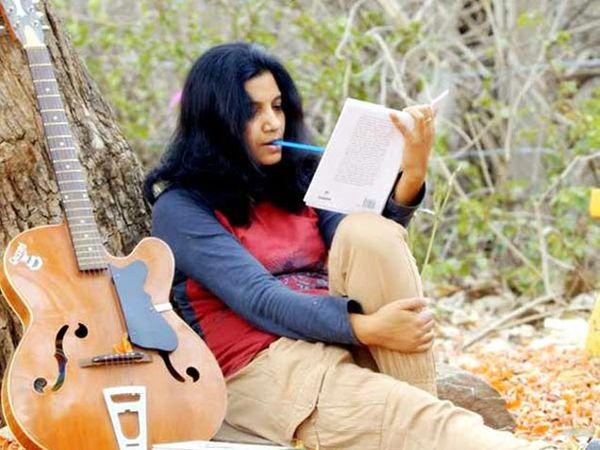 2007 पासून पल्लवी यांनी लिखानास सुरुवात केली होती. - Divya Marathi
