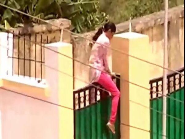 IAS पतीने पत्नीला घरात येऊ द्यायचे नाही असे फर्मान सोडल्याने स्वतःच्या घरात असे गेटवरुन जाण्याची वेळी आली. - Divya Marathi