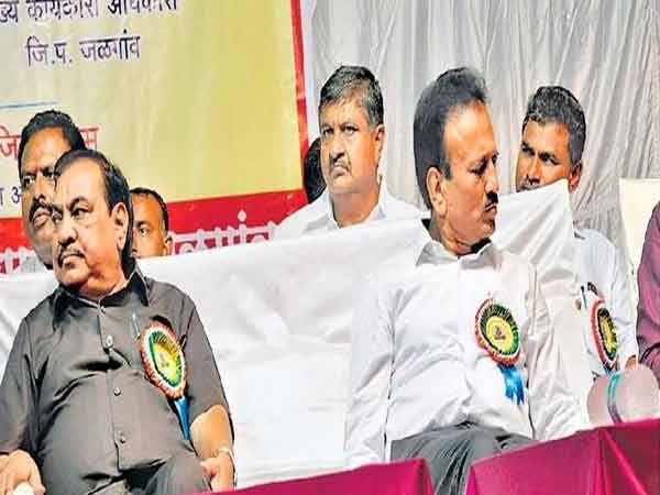ग्रामसेवकांच्या जिल्हा मेळाव्यात माजी मंत्री एकनाथ खडसे जलसंपदामंत्री व्यासपीठावर शेजारी बसले होते. इतर वेळी ते एकमेकांशी दिलखुलास बातचीत करतात. परंतु, रविवारी ते फारसे बोलले नाही. - Divya Marathi