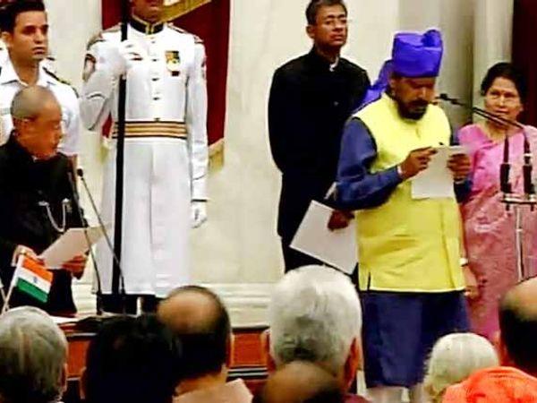 राज्य मंत्रिपदाची शपथ घेताना रिपाइंचे नेते रामदास आठवले - Divya Marathi