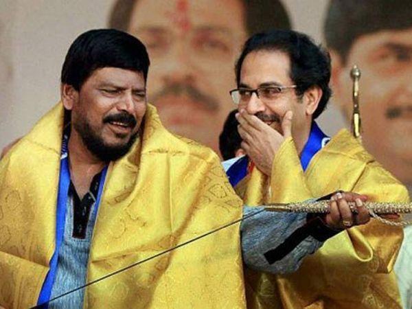 रामदास आठवले यांनी शिवसेनाप्रमुख बाळासाहेब ठाकरे यांच्यासोबत युतीकरुन शिवशक्ती-भीमशक्तीचा वेगळा प्रयोग महाराष्ट्रात केला होता. - Divya Marathi